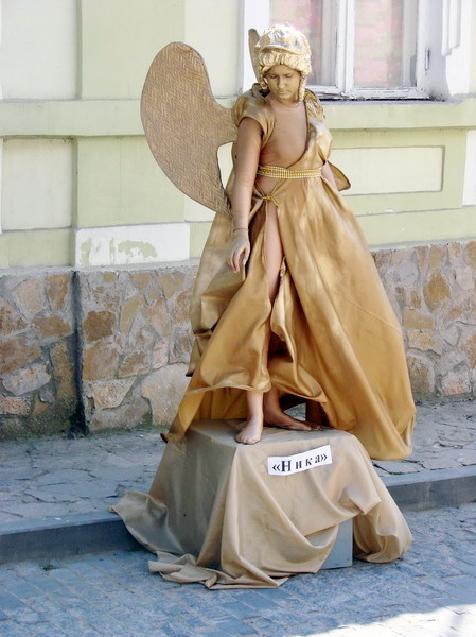 Живая статуя Ника