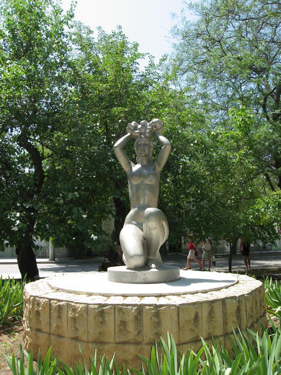 Памятник возле роддома