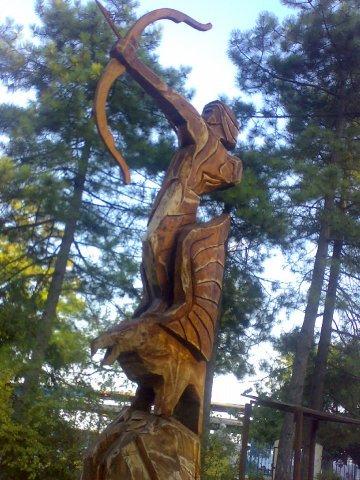Скульптура стрельца из дерева