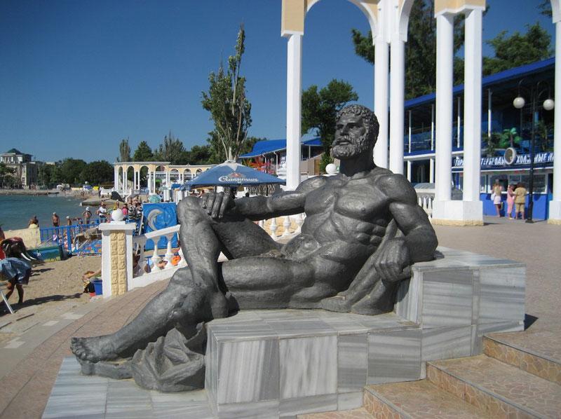 Статуя Геракла на центральном пляже