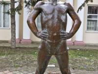 Статуя мальчика с гирей