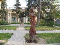 Скульптура русалки из дерева